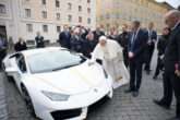 Lamborghini donata a Papa Francesco all'asta per beneficienza 1