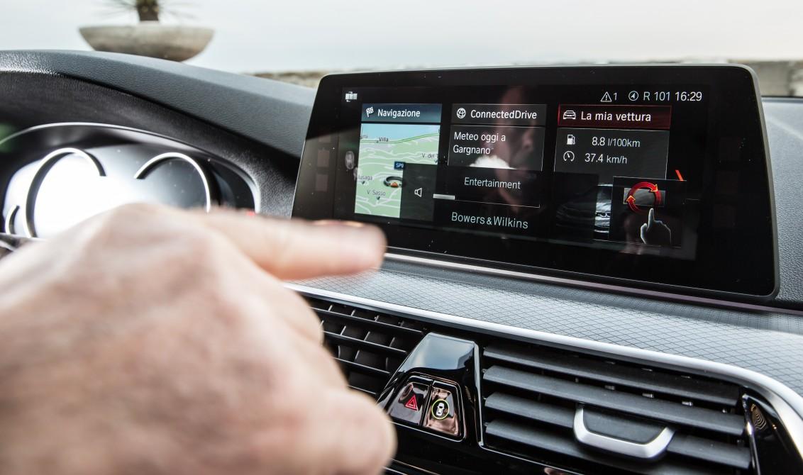 BMW Serie 5 verso la guida autonoma: frena, sterza e parcheggia