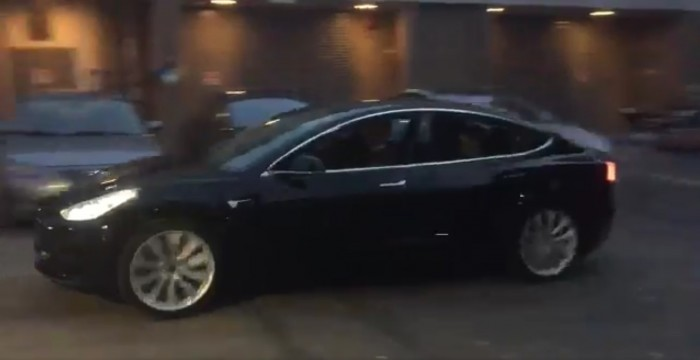 Tesla Model 3 su strada, la prima guida di Elon Musk